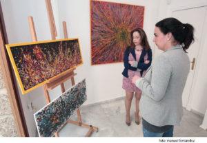 La artista gaditana expone su colección de pinturas titulada 'Experencias vitales'